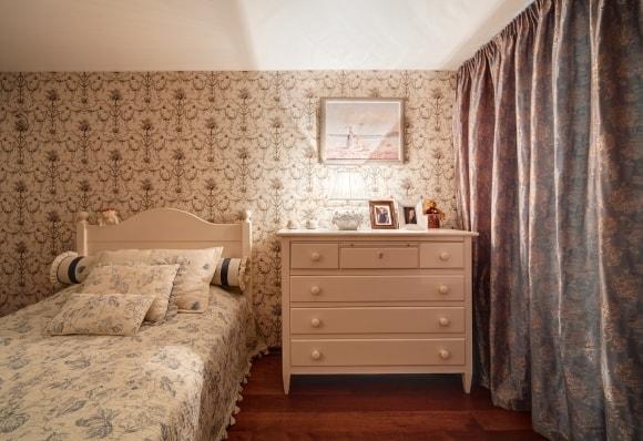 Дизайн прованской спальни с комодом
