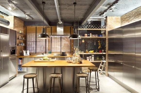 Кухня в стиле лофт со светильниками