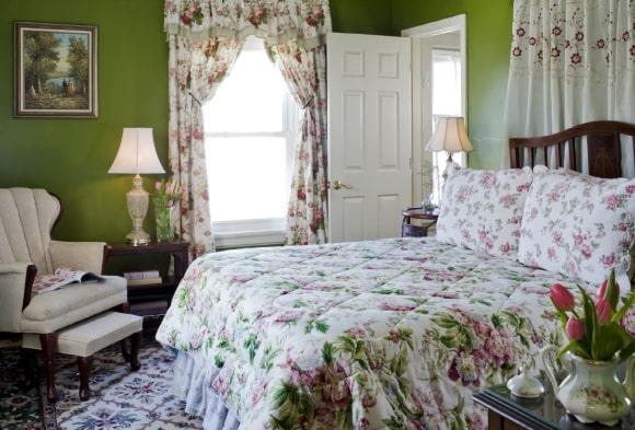 Прованская спальня зеленого цвета