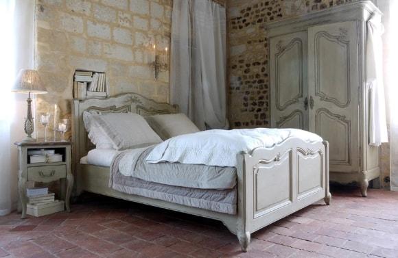 Спальня в стиле прованс с кроватью