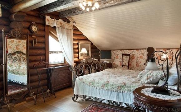 Дизайн прованской спальни в доме из дерева