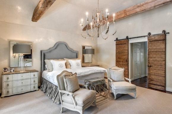 Прованская спальня со светильниками