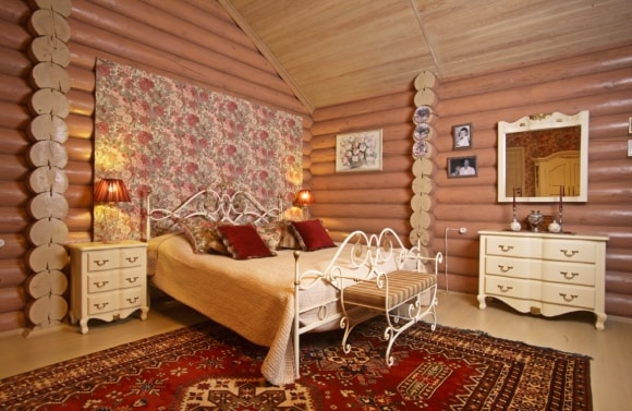 Прованская спальня в доме из дерева