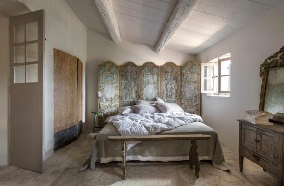 Прованская спальня в интерьере загородного дома