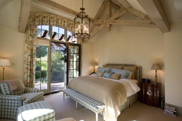 Спальня в стиле прованс с люстрой