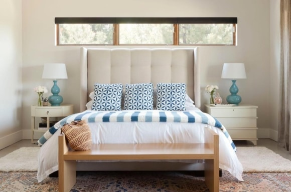 Спальня в стиле прованс со светильниками